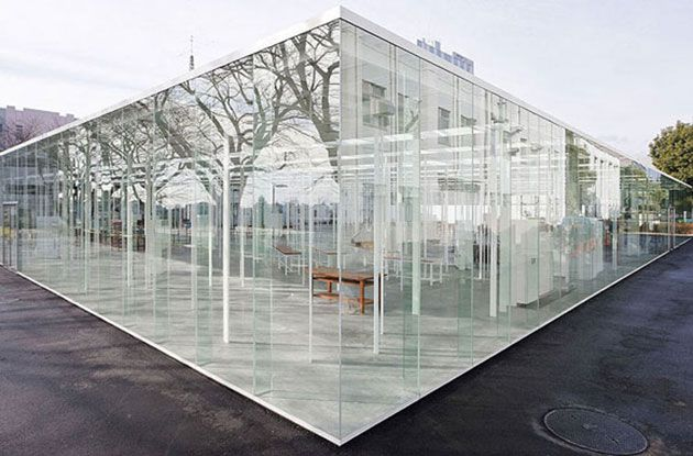 مبنى كامل من الزجاج في اليابان