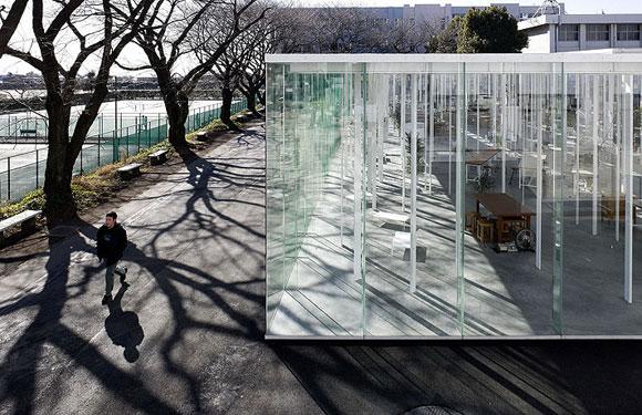 """يرتكز هذا المبنى على قوائم بيضاء يصل عددها لـ(305) قائم، وتم تصميم أثاثه الداخلي ليتناسب مع لون القوائم البيضاء وشكل الزجاج الشفاف! تعود هذه الفكرة الغريبة لمكتب المعماري الياباني """"جونيا إشيجامي وشركاه""""، والذي أراد توفير إطلالة مميزة لكل شخص داخل هذا المبنى الذي يقع في منطقة خليج طوكيو."""