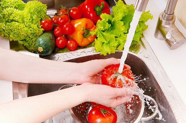 دليل كامل لغسل الخضروات والفواكه بشكل صحيح